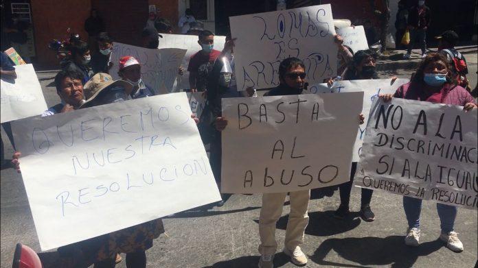 Ciudadanos del distrito de Lomas protestan en el frontis del Gobierno Regional de Arequipa (Foto Gerardo Ramos / HBA Noticias)